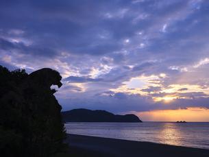 熊野の獅子岩からの朝日の写真素材 [FYI04880183]