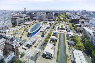 ヒサヤオオドオリパークとオアシス21を見下ろす市街地風景の写真素材 [FYI04880322]