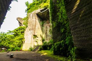 鋸山石切り場切り通し日本寺の百沢観音と地獄のぞきの写真素材 [FYI04880429]