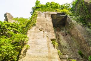 鋸山日本寺の百沢観音と地獄のぞきの写真素材 [FYI04880454]