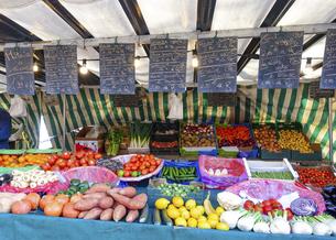 パリの朝市(新鮮な野菜)、バスティーユのマルシェ(Marché Bastille)の写真素材 [FYI04880455]