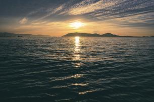 【香川県】夕方の瀬戸内海の自然風景 ドローン 空撮の写真素材 [FYI04880486]