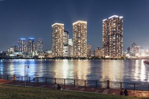 夜の東京湾岸エリアの街並みの写真素材 [FYI04880530]