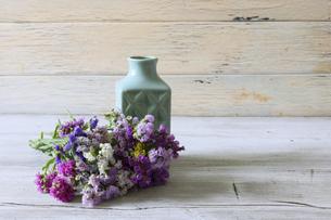 水色の花瓶とスターチスの花束の写真素材 [FYI04881160]