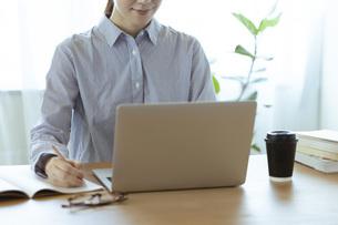 リモートワークを行う日本人女性の手元の写真素材 [FYI04881278]