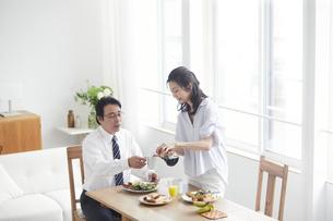朝食をとる夫婦の写真素材 [FYI04881343]