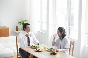 朝食をとる夫婦の写真素材 [FYI04881346]