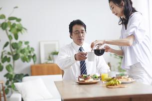 朝食をとる夫婦の写真素材 [FYI04881348]