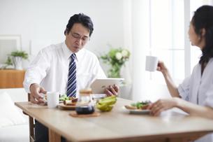 朝食をとる夫婦の写真素材 [FYI04881350]