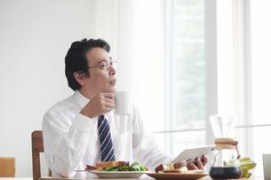 朝食をとる男性の写真素材 [FYI04881358]