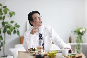 朝食をとる男性の写真素材 [FYI04881359]