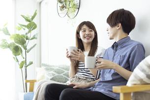 リビングでくつろぐ仲の良い日本人の男女の写真素材 [FYI04881389]