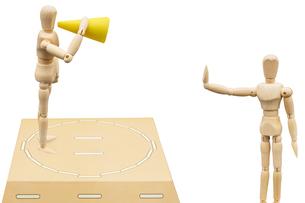 同じ土俵に上がらせようとメガホンを持って挑発をするデッサン人形と拒否するデッサン人形の写真素材 [FYI04881505]