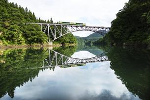 第一只見川橋梁を渡る只見線の写真素材 [FYI04881509]