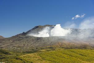 噴煙を上げる阿蘇中岳の写真素材 [FYI04882330]