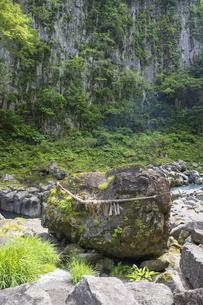 初夏の高千穂峡 鬼八の力石の写真素材 [FYI04882361]