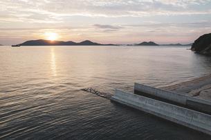 【香川県】空から見る夕方の海の風景 ドローン 空撮の写真素材 [FYI04882842]