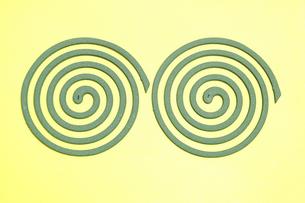 黄色バックの蚊取り線香の写真素材 [FYI04882863]