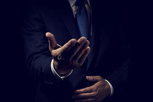 手を差し出したビジネスマンの写真素材 [FYI04883024]