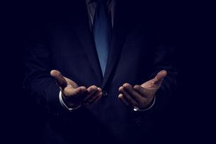 手を開いたビジネスマンの写真素材 [FYI04883027]