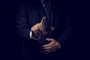 指をさすビジネスマンの写真素材 [FYI04883029]