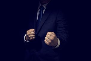 拳を握ったビジネスマンの写真素材 [FYI04883030]