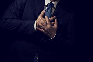 胸に手を置くビジネスマンの写真素材 [FYI04883031]
