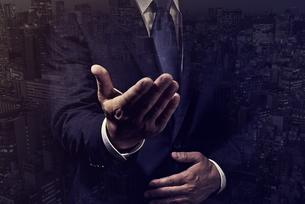 手を差し出したビジネスマンの写真素材 [FYI04883058]