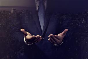 手を開いたビジネスマンの写真素材 [FYI04883061]