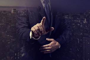 指をさすビジネスマンの写真素材 [FYI04883063]
