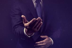 手を差し出したビジネスマンの写真素材 [FYI04883069]
