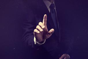 指を指すビジネスマンの写真素材 [FYI04883071]