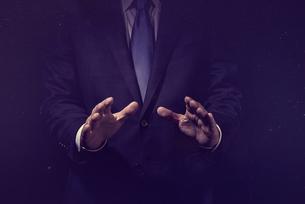 手を開いたビジネスマンの写真素材 [FYI04883073]