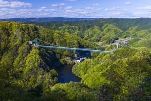 新緑の山々と竜神大吊橋の写真素材 [FYI04883112]