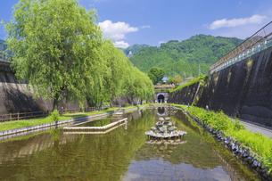 初夏の高森湧水トンネル公園の写真素材 [FYI04883148]