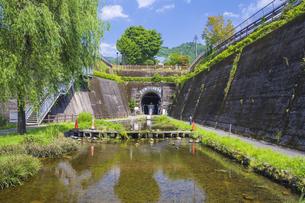 初夏の高森湧水トンネル公園の写真素材 [FYI04883150]