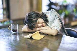 うたた寝する若い女性の写真素材 [FYI04883472]