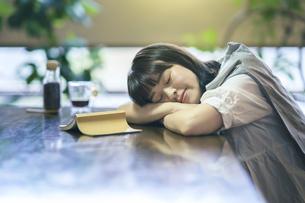 うたた寝する若い女性の写真素材 [FYI04883477]
