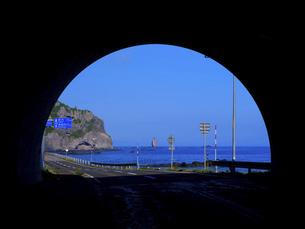 トンネルから見た神威岬の写真素材 [FYI04883508]