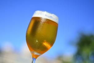 青空と冷えたビールの写真素材 [FYI04883652]