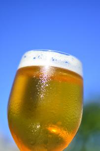 青空と冷えたビールの写真素材 [FYI04883655]