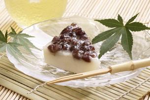 夏越祓で食べる水無月の写真素材 [FYI04883731]