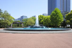 新緑の日比谷公園の噴水広場の写真素材 [FYI04883882]