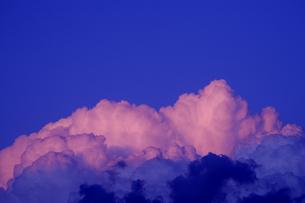 夕日に輝く入道雲の写真素材 [FYI04883901]