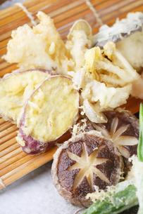 椎茸、オクラ、サツマイモの天ぷら盛り合わせの写真素材 [FYI04883933]