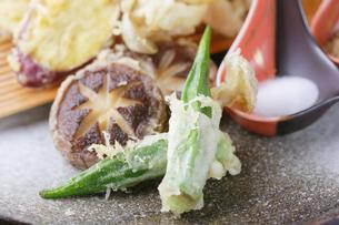 椎茸、オクラ、サツマイモの天ぷら盛り合わせの写真素材 [FYI04883936]
