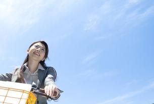 自転車に乗るビジネスウーマンの写真素材 [FYI04883957]