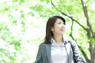 笑顔のビジネスウーマンの写真素材 [FYI04884021]