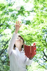 キャッチボールをするビジネスウーマンの写真素材 [FYI04884035]