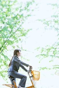自転車に乗るビジネスウーマンの写真素材 [FYI04884047]